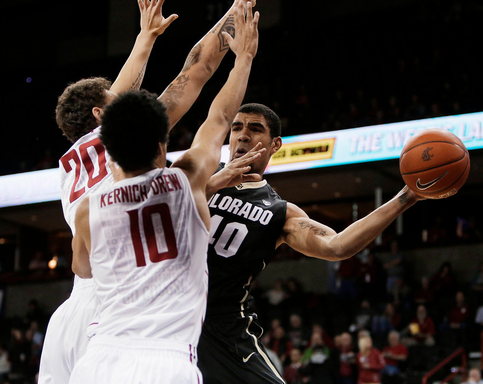 . Coloradoís Josh Scott (40) passes to a teammate while defended by Washington Stateís Jordan Railey (20) and Dexter Kernich-Drew (10) during the first half of an NCAA college basketball game on Wednesday, Jan. 8, 2014, in Spokane, Wash. (AP Photo/Young Kwak)