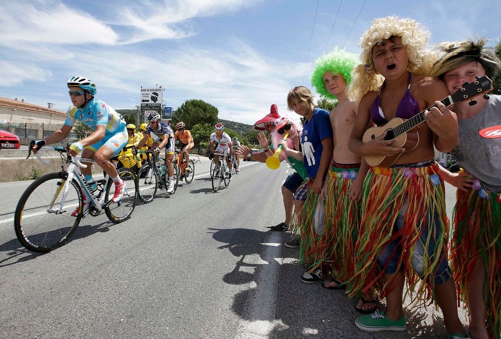 . Young fans encourage a group of riders who cycles on its way during the 228.5 km fifth stage of the centenary Tour de France cycling race from Cagnes-Sur-Mer to Marseille July 3, 2013.     REUTERS/Jacky Naegelen