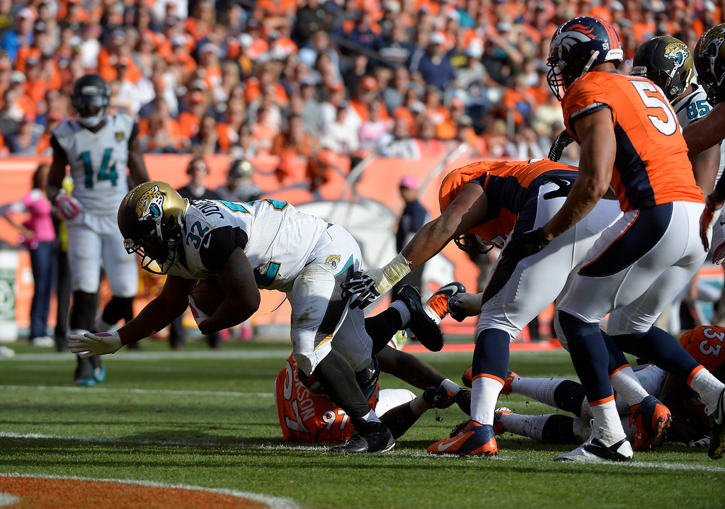 . Jacksonville Jaguars running back Maurice Jones-Drew (32) scores a touchdown on a 5 yard run in the third quarter. The Denver Broncos take on the Jacksonville Jaguars at Sports Authority Field at Mile High in Denver on October 13, 2013. (Photo by John Leyba/The Denver Post)