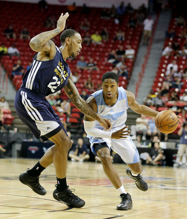 . Denver Nuggets\' Demonte Harper, right, drives past Utah Jazz\'s Malcolm Thomas during the first half of an NBA summer league basketball game Tuesday, July 15, 2014, in Las Vegas. (AP Photo/Isaac Brekken)