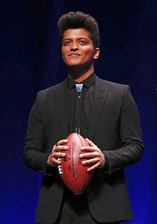 . U.S. pop artist Bruno Mars poses with a football at a news conference for the Super Bowl LXVIII in New York, New York, USA 30 January 2014. Mars will perform in the Halftime Show and also be joined by US rock band Red Hot Chili Peppers. This year\'s Super Bowl will be played on 02 February 2014.  EPA/TANNEN MAURY