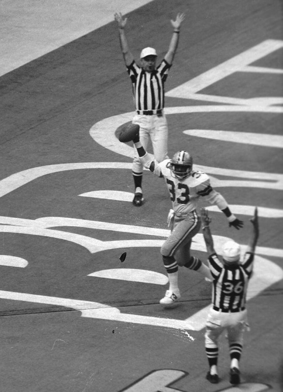 . Dallas running back Tony Dorsett holds up the ball after scoring a first quarter touchdown against the Denver Broncos in Super Bowl XII. (AP Photo)
