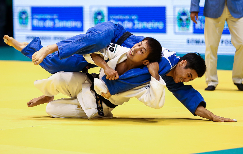 . RIO DE JANEIRO, BRAZIL - AUGUST 26: Naohisa Takato of Japan (white)  fights against Won Jin Kim of South Korea, in the -60 kg category during the World Judo Championships at the Maracanazinho gymnasium on August 26, 2013 in Rio de Janeiro, Brazil.(Photo by Buda Mendes/Getty Images)