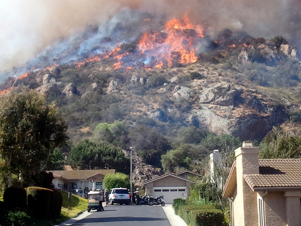 . A fast moving brush fire approaches a home in the Camarillo Springs area of Ventura County, California May 2, 2013. Southern California is under a high fire alert due to high temperatures and high winds.  REUTER/Gene Blevins