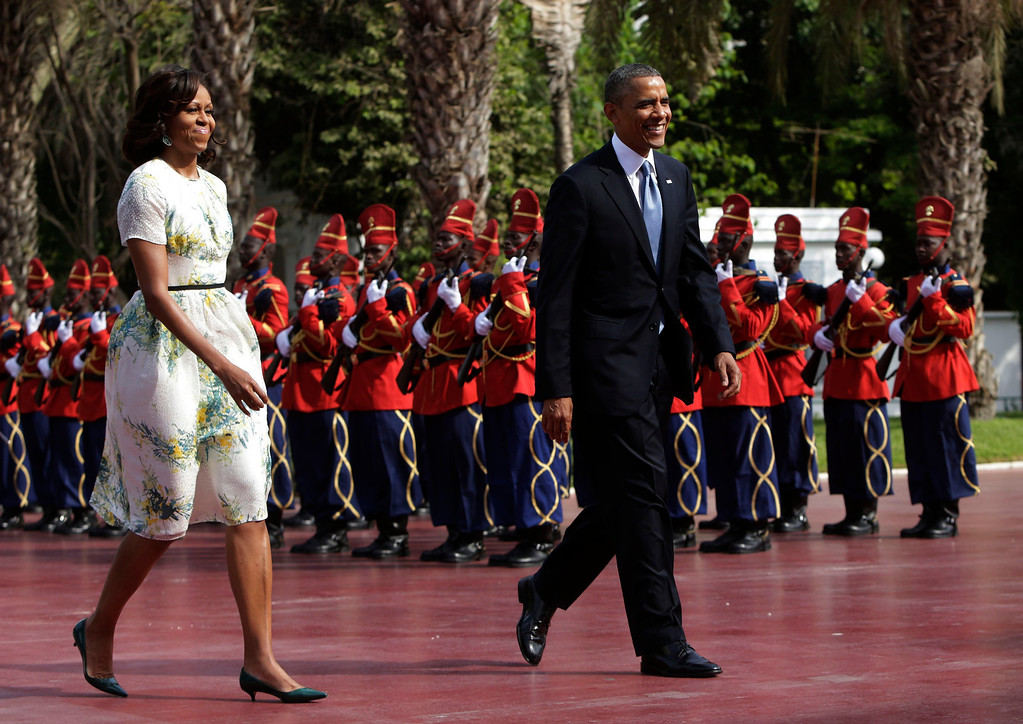 . U.S. President Barack Obama and first lady Michelle Obama (L) are greeted by an honor guard at the Presidential Palace June 27, 2013 in Dakar, Sengal. Obama\'s trip, his second to the continent as president, will take him to Senegal, South Africa and Tanzania.  REUTERS/Gary Cameron