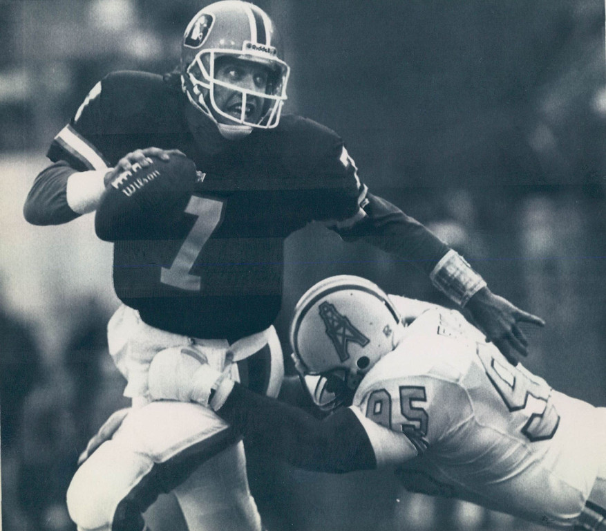 . Trailing 24-23 with 2:07 left in the game, quarterback John Elway led the Broncos from their own 2-yard line to the winning 28-yard field goal by David Treadwell with 16 seconds left. On the drive, he converted on two fourth downs. On fourth down and 6 from the Denver 28, he rushed for 7 yards. Then on fourth down and 10, he completed a 44-yard pass to wide receiver Vance Johnson. Denver won 26-24.    Denver, Colo. Jan 4 -- Elway Run--John Elway scrambles out of the pocket form houstons defensive end William fuller in the first quarter of Saturdays playoff game between the Oilers and the Broncos. Photo by David P. Gilkey/Daily Camera KRTN