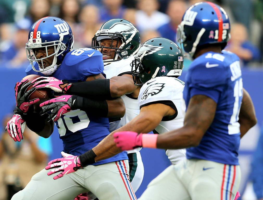 . Hakeem Nicks #88 of the New York Giants makes the catch for the first down in the first quarter against the Philadelphia Eagles at MetLife Stadium on October 6, 2013 in East Rutherford, New Jersey.  (Photo by Elsa/Getty Images)