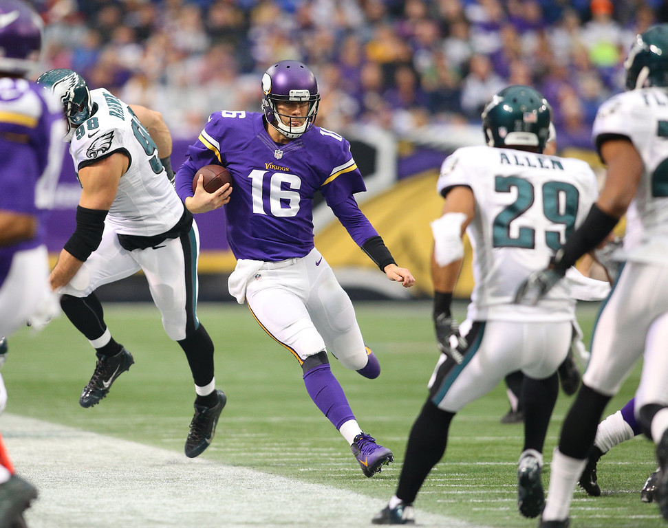 . Matt Cassel #16 of the Minnesota Vikings avoids the defense of the Philadelphia Eagles on December 15, 2013 at Mall of America Field at the Hubert H. Humphrey Metrodome in Minneapolis, Minnesota. (Photo by Adam Bettcher/Getty Images)