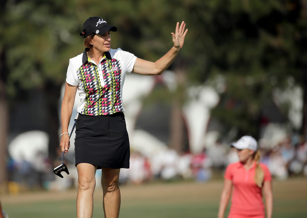 . Juli Inkster acknowledges the crowd as she walks up the 18th hole during the final round of the U.S. Women\'s Open golf tournament in Pinehurst, N.C., Sunday, June 22, 2014. (AP Photo/Chuck Burton)