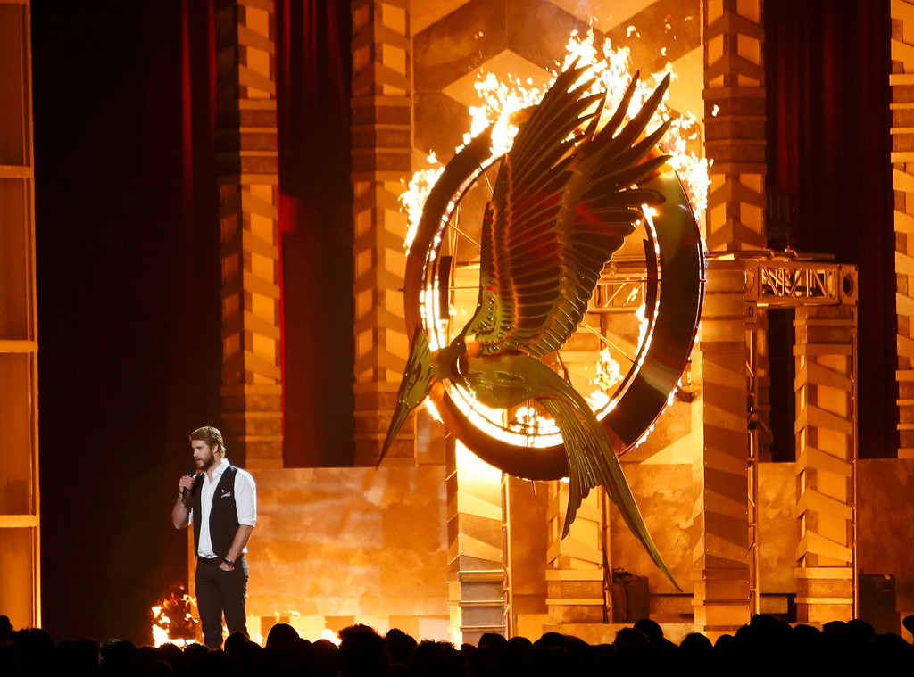 ". Actor Liam Hemsworth introduces a clip from ""The Hunger Games: Catching Fire\"" at the 2013 MTV Movie Awards in Culver City, California April 14, 2013.  REUTERS/Danny Moloshok"