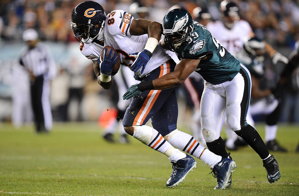 . Martellus Bennett #83 of the Chicago Bears is tackled by DeMeco Ryans #59 of the Philadelphia Eagles during the second quarter at Lincoln Financial Field on December 22, 2013 in Philadelphia, Pennsylvania.  (Photo by Maddie Meyer/Getty Images)