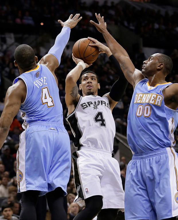 . San Antonio Spurs\' Danny Green, center, is pressured by Denver Nuggets\' Randy Foye, left, and Darrell Arthur (00) during the first half of an NBA basketball game, Wednesday, March 26, 2014, in San Antonio. (AP Photo/Eric Gay)