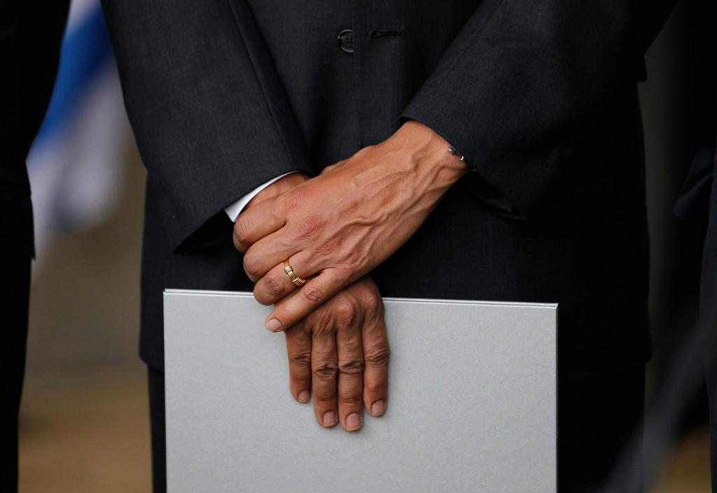 . U.S. President Barack Obama holds a souvenir book presented to him by Chairman of the Yad Vashem Directorate Avner Shalev during Obama\'s visit to the Yad Vashem Holocaust Memorial in Jerusalem, March 22, 2013.    REUTERS/Jason Reed