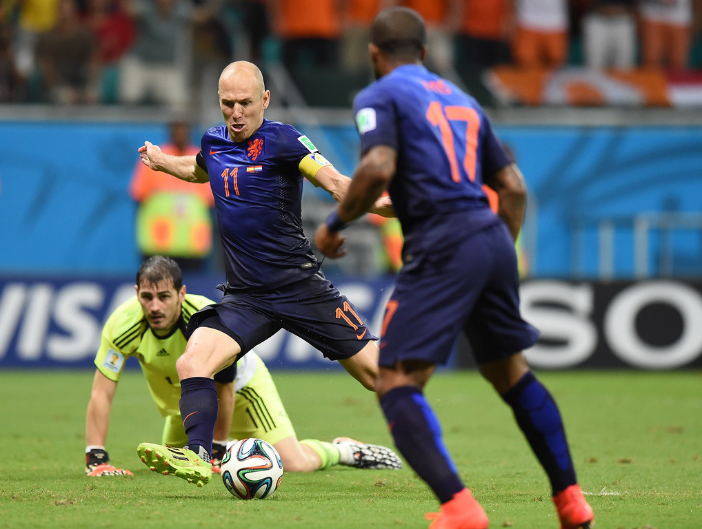 . Netherlands\' forward Arjen Robben (C) beats Spain\'s goalkeeper Iker Casillas (L) to score his team\'s fifth goal during a Group B football match between Spain and the Netherlands at the Fonte Nova Arena in Salvador during the 2014 FIFA World Cup on June 13, 2014. JAVIER SORIANO/AFP/Getty Images