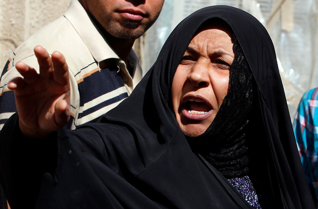 . A woman reacts at the site of a car bomb attack in the Zaafaraniya neighborhood in Baghdad March 19, 2013.  REUTERS/Thaier al-Sudani