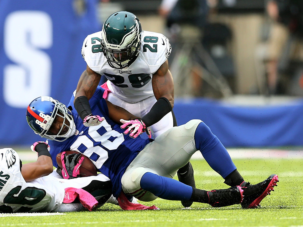 . Hakeem Nicks #88 of the New York Giants makes the catch in the first quarter as  Cary Williams #26 and  Earl Wolff #28 of the Philadelphia Eagles defend at MetLife Stadium on October 6, 2013 in East Rutherford, New Jersey.  (Photo by Elsa/Getty Images)