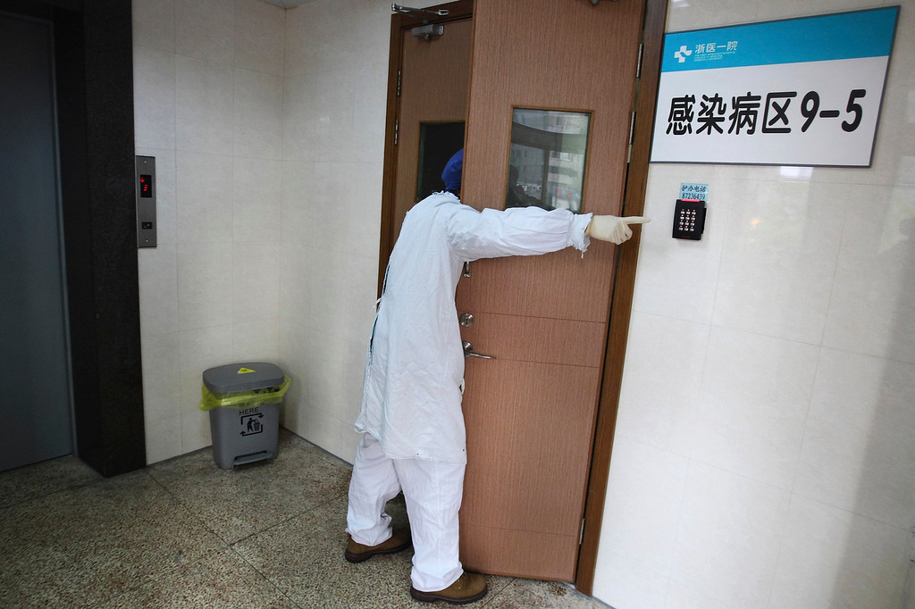 . A doctor waits for a blood sample outside an isolation ward where a 67-year-old patient suffering from the H7N9 bird flu strain is being treated at a hospital in Hangzhou, Zhejiang province, April 4, 2013. China said it was mobilising resources nationwide to combat the new strain of the deadly bird flu that has killed four people, as Japan and Hong Kong stepped up vigilance against the virus and Vietnam banned imports of Chinese poultry. A total of 11 people in China have been confirmed to have contracted H7N9, all in the east of the country, while another person died on Thursday, in Shanghai, bringing the number of deaths to four, state media said. Authorities in Shanghai also discovered the H7N9 virus in a pigeon sample taken from a traditional wholesale market, Xinhua added, believed to be the first time the virus has been discovered in a animal in China since the outbreak began. REUTERS/Chance Chan