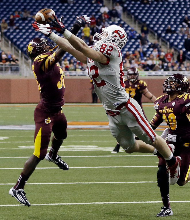 . Western Kentucky tight end Jack Doyle (82) misses a fourth-down catch while defended by Central Michigan defensive back Kavon Frazier (38) during the final minute of the fourth quarter of the Little Caesars Pizza Bowl NCAA college football game at Ford Field in Detroit, Wednesday, Dec. 26, 2012. Central Michigan won 24-21. (AP Photo/Carlos Osorio)