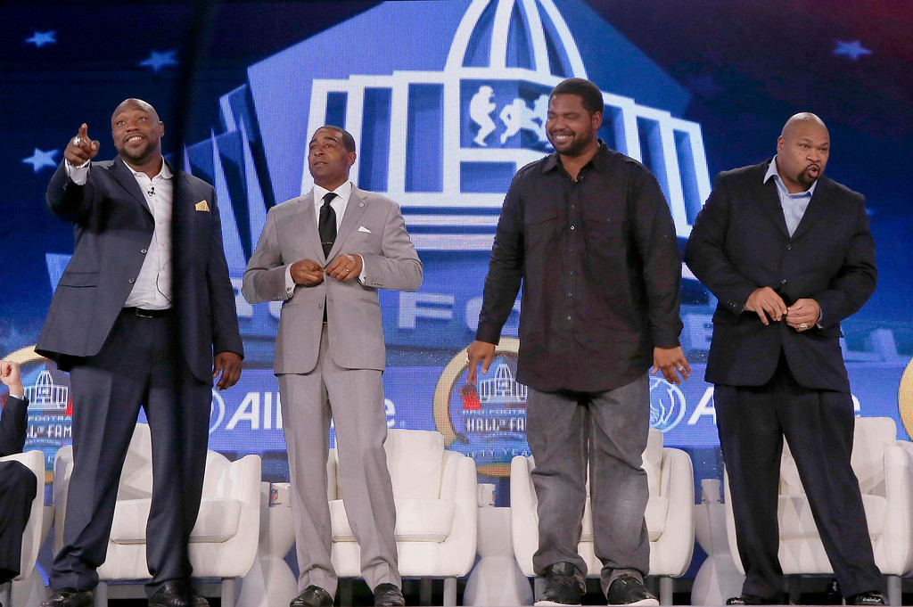 . Tampa Bay Buccaneers player Warren Sapp (L), former Minnesota Vikings player Cris Carter (2nd L), former Baltimore Ravens player Jonathan Ogden (2nd R) and former Dallas Cowboys player Larry Allen (R) stand together after being named to the Pro Football Hall of Fame at the 2013 Class of Enshrinement show in New Orleans, Louisiana, February 2, 2013.      REUTERS/Jim Young