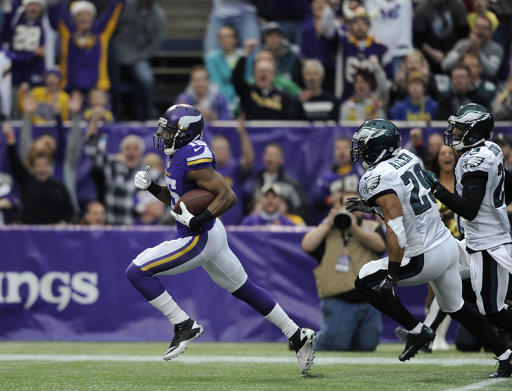 . Greg Jennings #15 of the Minnesota Vikings carries the ball for a touchdown as Nate Allen #29 and Patrick Chung #23 of the Philadelphia Eagles give chase during the first quarter of the game against the Philadelphia Eagles on December 15, 2013 at Mall of America Field at the Hubert H. Humphrey Metrodome in Minneapolis, Minnesota. (Photo by Hannah Foslien/Getty Images)