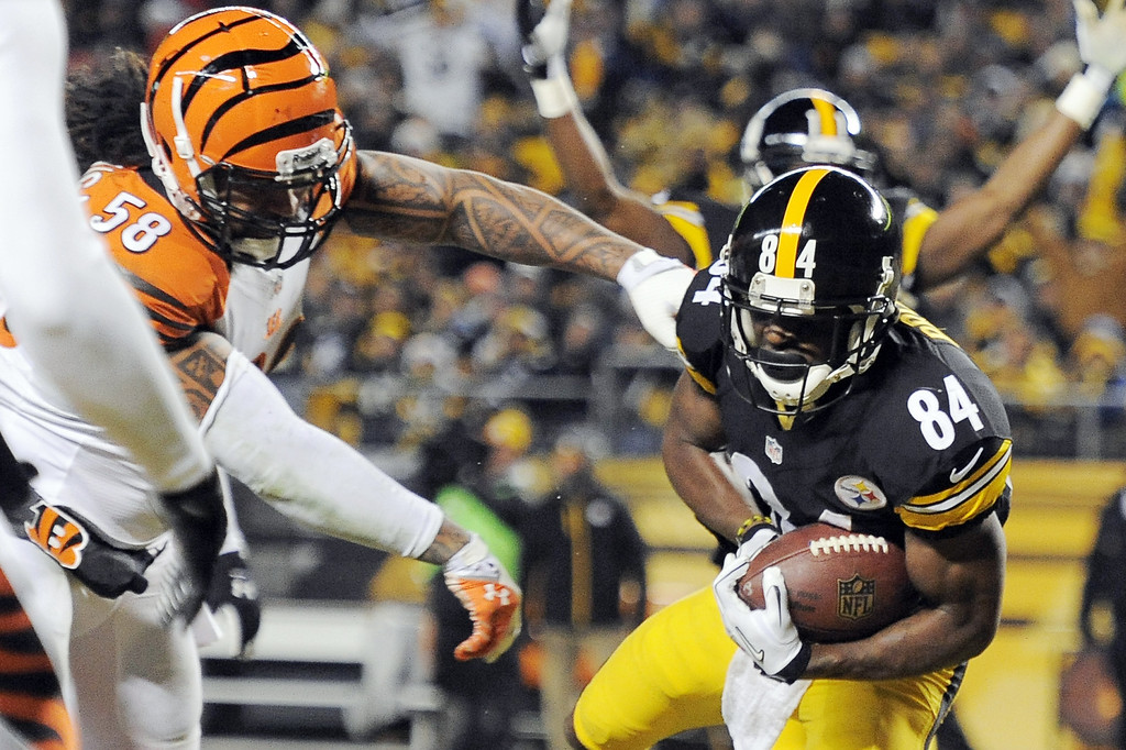 . Steelers Antonio Brown, right, makes a touchdown catch past Cincinnati Bengals middle linebacker Rey Maualuga (58) in the first quarter of an NFL football game on Sunday, Dec. 15, 2013, in Pittsburgh. (AP Photo/Don Wright)