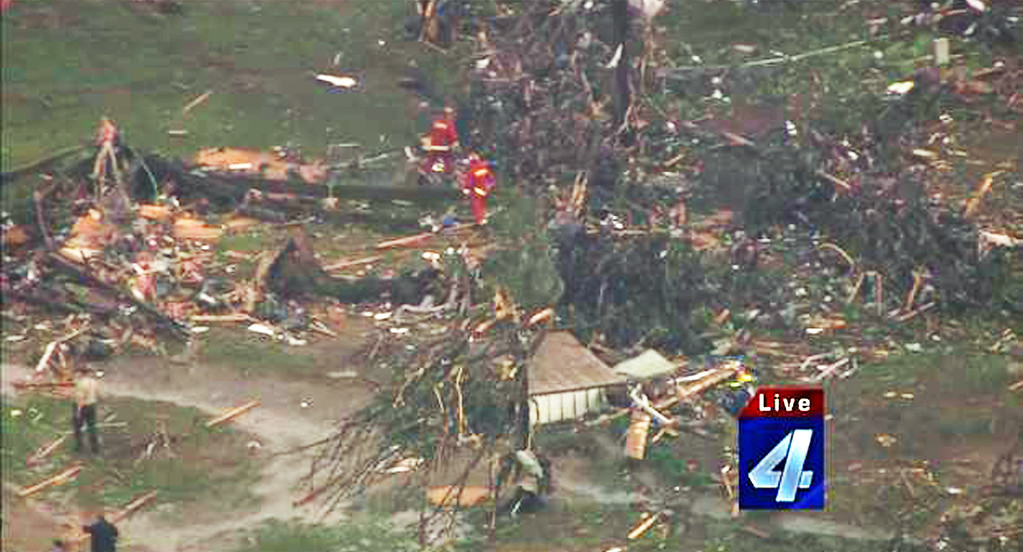 . This photograph obtained courtesy of KFOR-TV in Oklahoma City, Oklahoma shows emergency crews searching amid destruction May 19, 2013 after a tornado ripped through Twin Lakes, Oklahoma. Tornadoes damaged many areas across the  West South Central US state of Oklahoma.     AFP PHOTO / KFOR-TV
