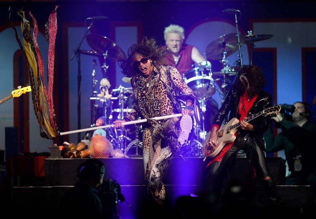 . Aerosmith\'s Steven Tyler performs during the Boston Strong benefit concert at the Boston TD Garden in Boston, May 30, 2013. Proceeds from the concert will go to the One Fund, which was established in the wake of the Boston Marathon bombings to help survivors and victims\' families. REUTERS/Gretchen Ertl
