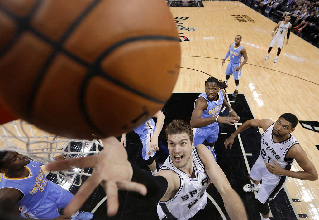 . San Antonio Spurs\' Tiago Splitter (22), of Brazil, scores against the Denver Nuggets during the first half of an NBA basketball game, Wednesday, March 26, 2014, in San Antonio. (AP Photo/Eric Gay)