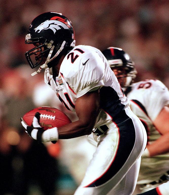 . Darien Gordon runs back his 4th quarter  interception during Super Bowl XXXIII at Pro Player Stadium.    (John Leyba/The Denver Post)
