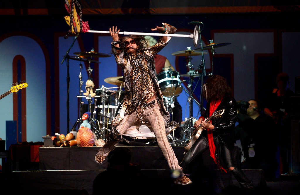 . Aerosmith\'s Steven Tyler performs during the Boston Strong benefit concert at the Boston TD Garden in Boston, May 30, 2013.  REUTERS/Gretchen Ertl