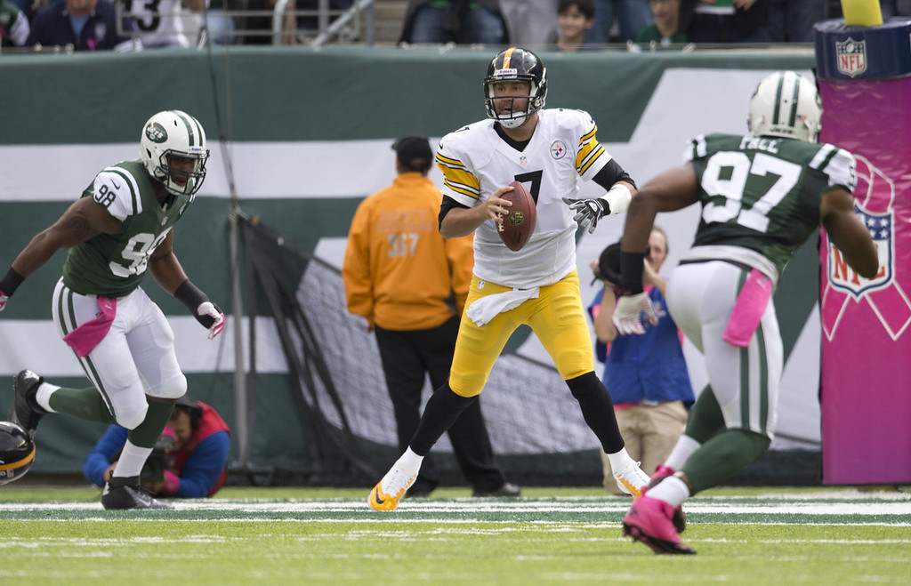 . Quarterback Ben Roethlisberger #7 of the Pittsburgh Steelers runs out of the pocket and linebacker Quinton Coples #98 of the New York Jets chases him on October 13, 2013 at MetLife Stadium in East Rutherford, New Jersey. (Photo by Mitchell Leff/Getty Images)