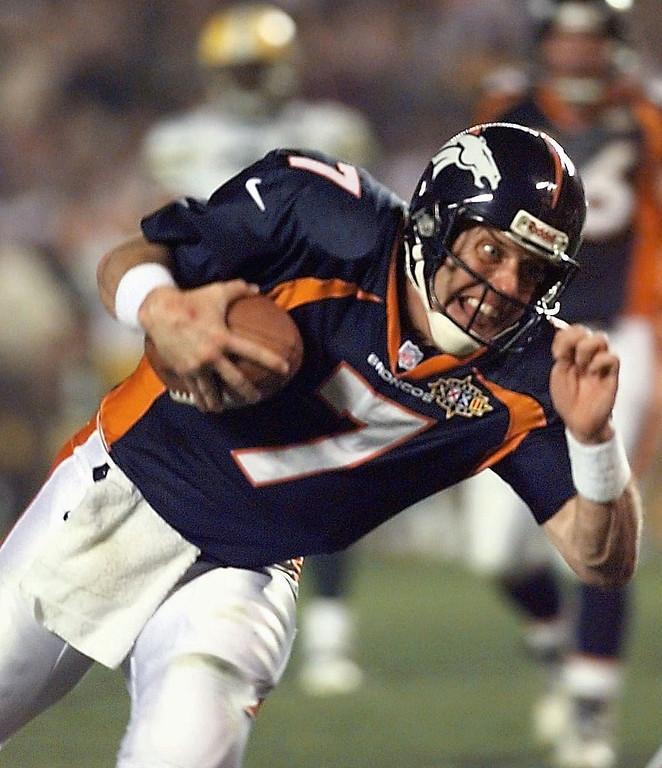 . Denver Broncos quarterback John Elway scrambles during the third quarter of Super Bowl XXXII against the Green Bay Packers Sunday, Jan. 25, 1998, at San Diego\'s Qualcomm Stadium. (AP Photo/Ed Reinke)