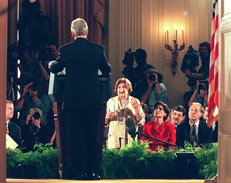 . WASHINGTON, :  In this 30 April 1998 file photo, US President Bill Clinton answers a question from veteran United Press International (UPI) reporter Helen Thomas, during a press conference at the White House in Washington, DC. Thomas, 79, who has been covering the White House for UPI since the early 1960\'s, said 16 May 2000 that she is resigning from UPI. The news wire was sold earlier by current Saudi owner Worldwide News to News World Communications, a group which has ties to the Unification Church of the Reverend Sun Myung Moon.  LUKE FRAZZA/AFP/Getty Images