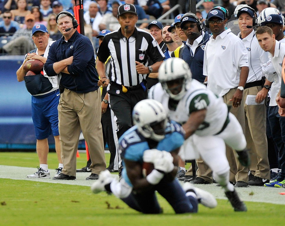. NASHVILLE, TN - SEPTEMBER 29:  Head coach MIke Munchak of the Tennessee Titans watches Damian Williams #17 make a catch down field against the New York Jets at LP Field on September 29, 2013 in Nashville, Tennessee.  (Photo by Frederick Breedon/Getty Images)