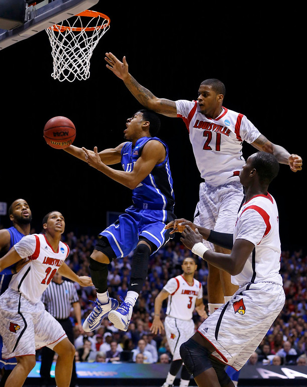 . Duke Blue Devils guard Quinn Cook (2) goes to the basket past Louisville Cardinals forward Chane Behanan (21) in the first half during their Midwest Regional NCAA men\'s basketball game in Indianapolis, Indiana, March 31, 2013. REUTERS/Matt Sullivan