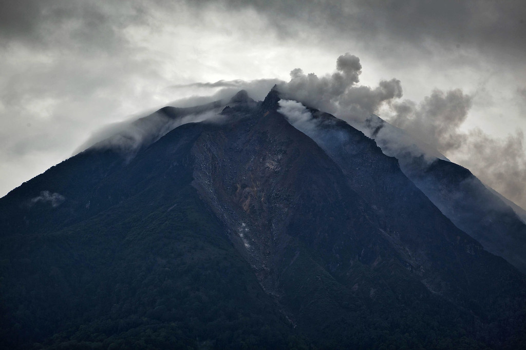 . A view of mount Sinabung spewing smoke is seen from Tiga Pancur village on November 15, 2013 in Karo district, South Sumatra, Indonesia.   (Photo by Ulet Ifansasti/Getty Images)