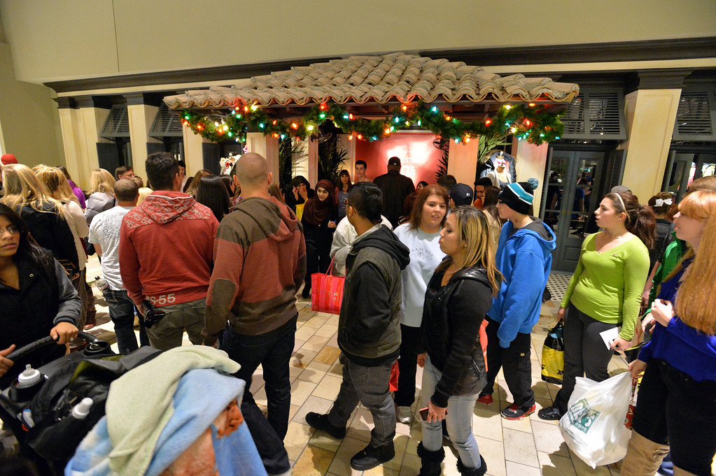 . The crowd in front of the Hollister store at FlatIron Crossing mall on Thursday, November 28, 2013. David R. Jennings/Boulder Daily Camera
