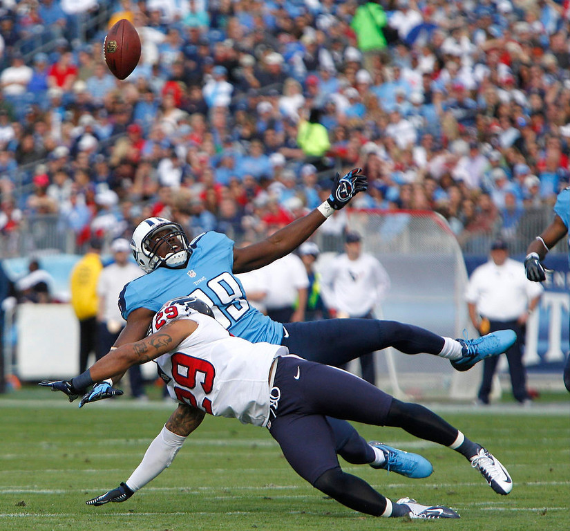 . Tennessee Titans\' tight end Jared Cook (89) misses a pass as Houston Texans\' safety Glover Quin (29) defends during their NFL football game in Nashville, Tennessee December 2, 2012.  REUTERS/Harrison McClary