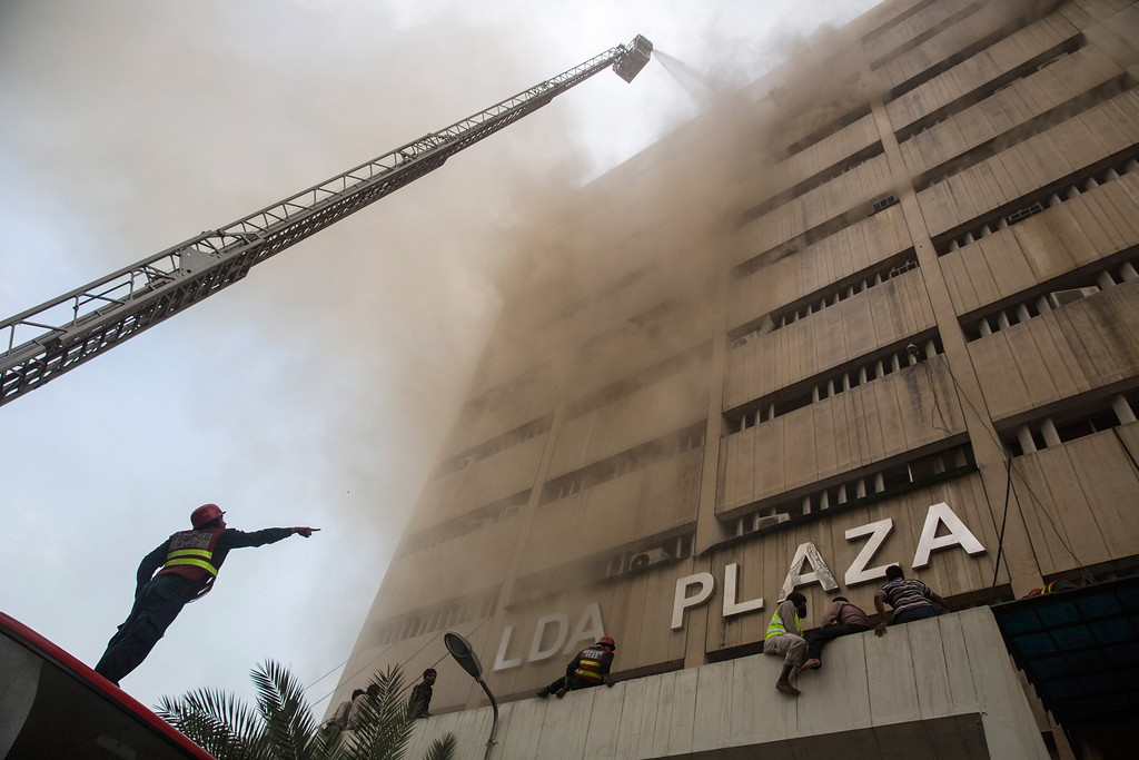 . Rescue workers try to rescue a man trapped on the top floor as a fire burns at the Lahore Development Authority (LDA) Plaza on May 09, 2013 in Lahore, Pakistan.  (Photo by Daniel Berehulak/Getty Images)