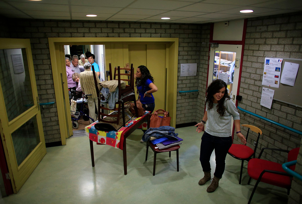. Spanish nurses Maria Jose Marin (R), 23, and her twin sister Maria Teresa wait for an elevator to carry furniture to their apartment in the Deo Gratias nursing home in The Hague, June 6, 2013. After months of studying Dutch, a group of young Spanish nurses moved to the Netherlands to take up work, fleeing a dismal job market at home. Spain\'s population dropped last year for the first time on record as young professionals and immigrants who moved here during a construction boom head for greener pastures. Spain\'s jobless rate is 27 percent, and more than half of young workers are unemployed. For Spanish nurses, the Netherlands\' nursing deficit is a boon. Picture taken June 6, 2013.  REUTERS/Marcelo del Pozo
