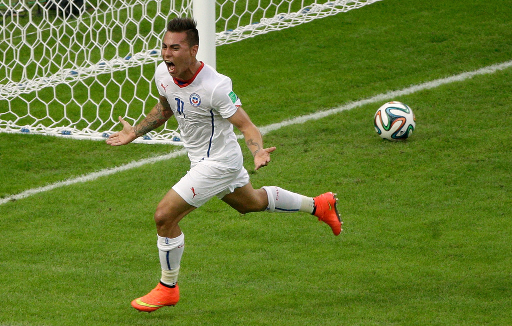 . Chile\'s Eduardo Vargas celebrates scoring the opening goal during the group B World Cup soccer match between Spain and Chile at the Maracana Stadium in Rio de Janeiro, Brazil, Wednesday, June 18, 2014.  (AP Photo/Christophe Ena)