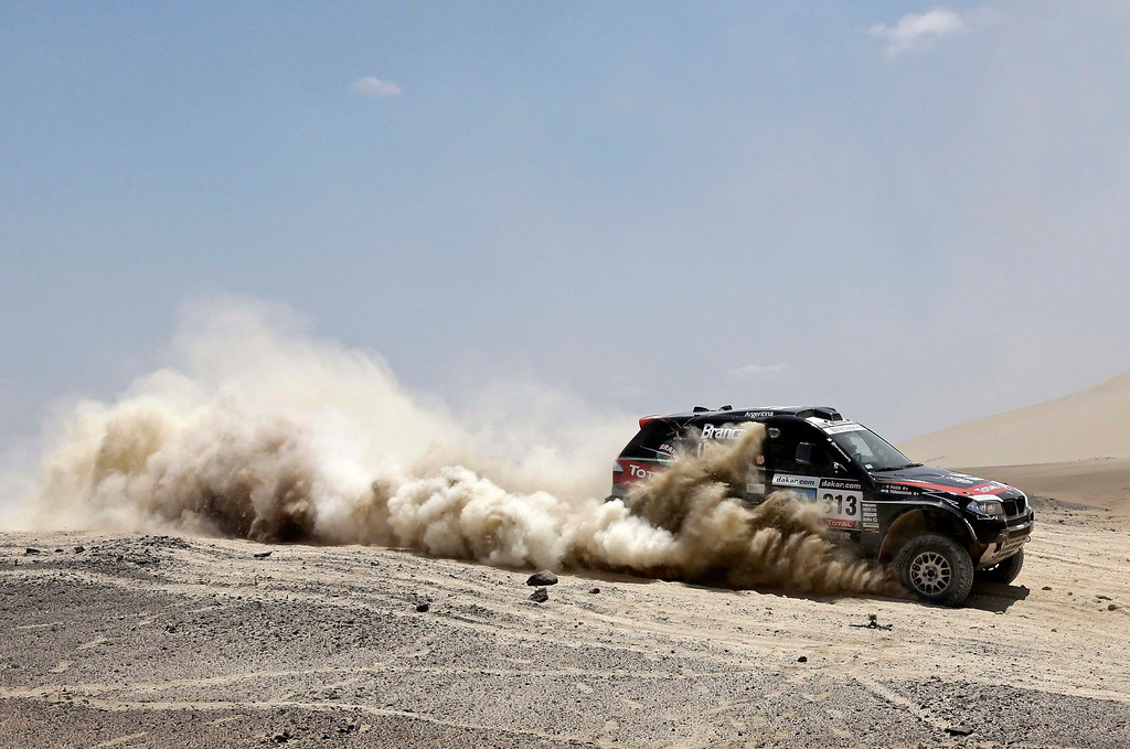 . Argentina\'s Orlando Terranova and co-pilot Portugal\'s Paulo Fiuza compete with their BMW during the 3rd stage of the Dakar Rally 2013 from Pisco to Nazca January 7, 2013.  REUTERS/Jacky Naegelen